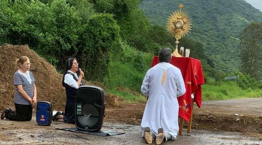Sacerdote reza con Santísimo en zona acechada por violencia de narco en México